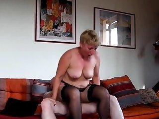 Amateur of age sur sofa