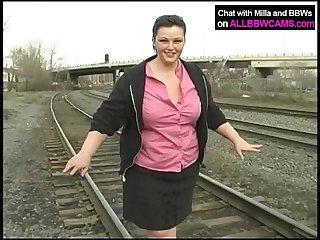 Fat princesse obtient nue sur le chemin de fer