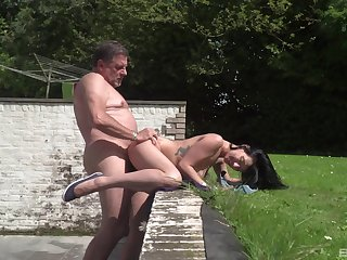 Experienced man gets to fuck teen pussy approximately insane outdoor scenes