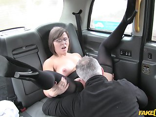 Mature slut Jamie Ray gets the brush pussy fucked and ass fingered by a driver